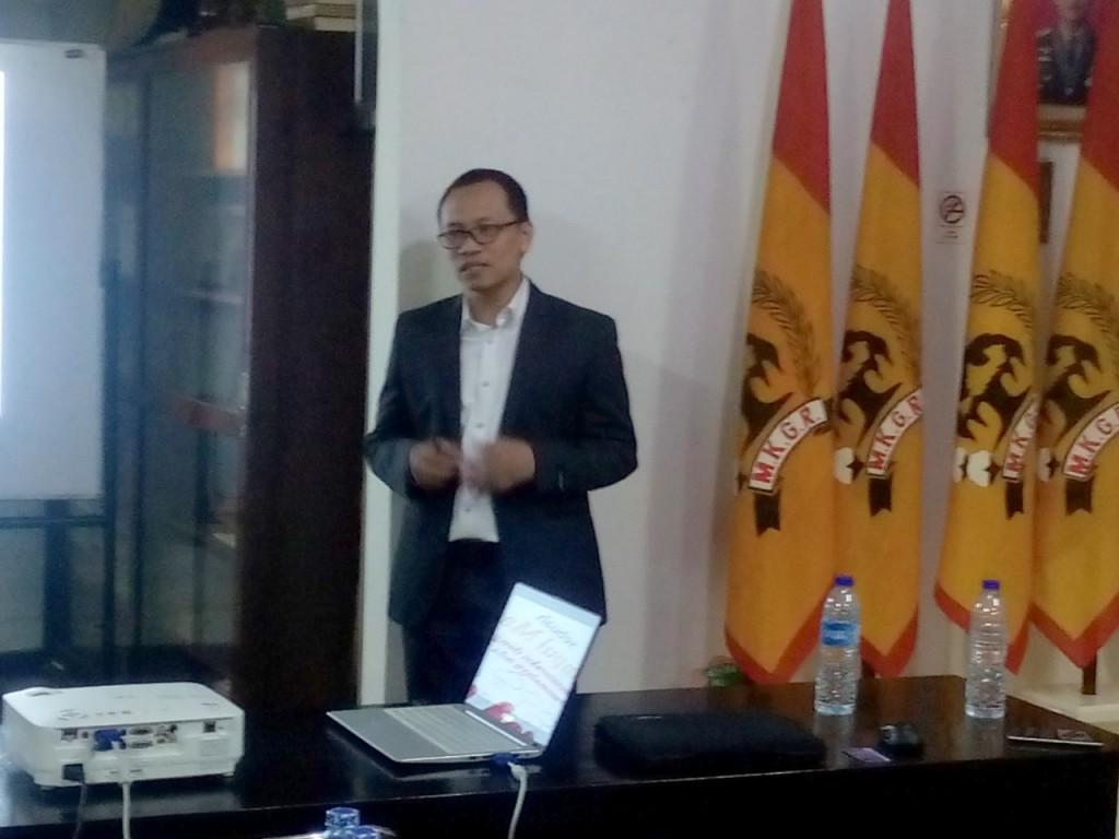 Dr Burhanuddin memberikan presentasi dan rencana kerja dari IPC